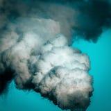 Industriell rök, förorenar atmosfären. Arkivbilder