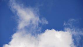 Industriell raucht blauer Himmel-Hintergrund stock video footage