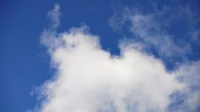 Industriell raucht blauer Himmel-Hintergrund stock video