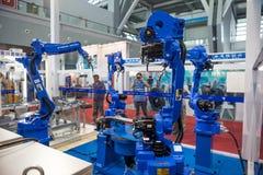 Industriell robot för bågsvetsning arkivfoto