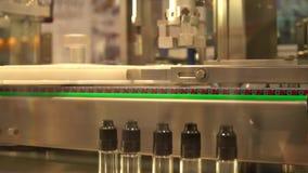 Industriell robot för fördelning av mediciner i flaskor med den följande skruvande förseglade räkningen lager videofilmer
