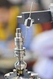 Industriell robot i en fabrik Fotografering för Bildbyråer