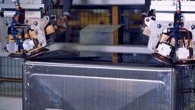 Industriell robotic utrustning på en fabriksproduktionslinje lager videofilmer