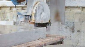 Industriell sah Ausschnitt-Marmor-Block stock footage