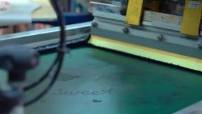 Industriell serigrafiprintingmaskin i handling lager videofilmer