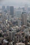 Industriell sikt av Tokyo med upptagna vägar, skyskrapor och Tokyo Royaltyfri Bild