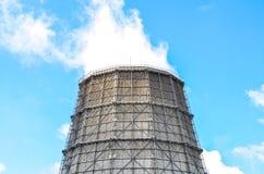 Industriell sikt som kyler tornet på den metallurgical växten Arkivbilder