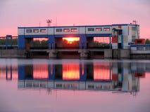 Industriell solnedgång på floden Royaltyfri Foto
