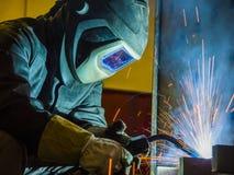 Industriell stålwelder i den tekniska fabriken, Royaltyfria Bilder