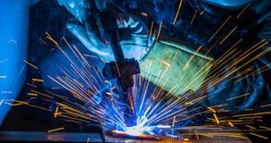 Industriell stålwelder i den tekniska fabriken, Arkivfoton