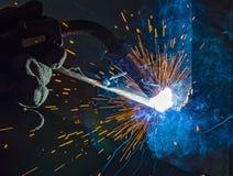 Industriell stålwelder i den tekniska fabriken, Arkivbilder