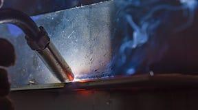 Industriell stålwelder i den tekniska fabriken, Royaltyfri Foto