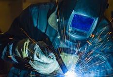 Industriell stålwelder i den tekniska fabriken, Royaltyfri Bild