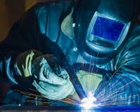 Industriell stålwelder i den tekniska fabriken, Royaltyfri Fotografi