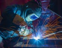 Industriell stålwelder i fabrik Arkivfoton