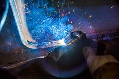 Industriell stålwelder i fabrik Royaltyfri Bild