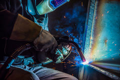 Industriell stålwelder i fabrik Royaltyfria Foton