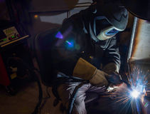 Industriell stålwelder i fabrik Royaltyfria Bilder