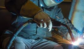 Industriell stålwelder i fabrik Arkivbilder