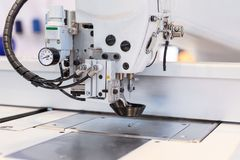 Industriell symaskin, modern utrustning för att sy och att bearbeta textiler royaltyfri fotografi
