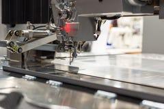Industriell symaskin, modern utrustning för att sy och att bearbeta textiler fotografering för bildbyråer