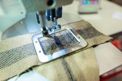 Industriell symaskin, modern utrustning för att sy och att bearbeta textiler arkivbilder