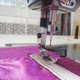 Industriell symaskincloseup, visare Closeup symaskinen och objektet av kläder Produktion av handgjorda påsar royaltyfri foto