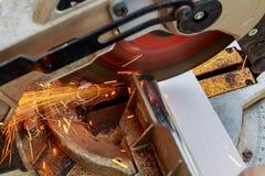 industriell tekniker som arbetar på att klippa en metall och ett stål med sammansatt mitresågkors, runt blad Royaltyfria Bilder