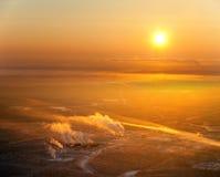 Industriell terrain på sundown arkivfoton