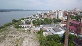 Industriell und Wohnbereich in der Stadt nahe Fluss am Sommertag, Vogelperspektive stock footage