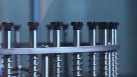 industriell utrustning Cirkla metallpinnar av maskinen Del av produktionslinjen stock video