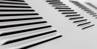 Industriell vägg för vit metall med ventilationsskyddsgallret royaltyfri fotografi