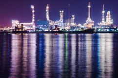 Industriell växt för oljeraffinaderi på natten Royaltyfria Bilder