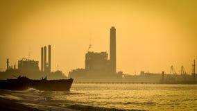 Industriell växtsilhouette på solnedgången royaltyfria bilder