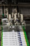 Industriell vikande maskin Demonstration av workflowen Utrustning för färgutskrift arkivbilder