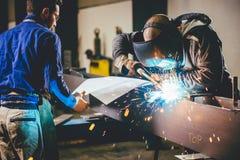 Industriell Welder With Torch Arkivfoto