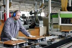 industriell wood arbetare för fabriksmöblemang Royaltyfria Bilder