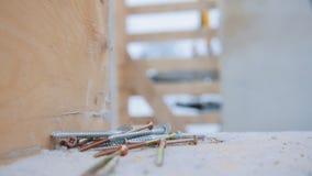 industriell Ziegelsteine, die draußen legen Ein Abschluss herauf Schuss von Schrauben stock video