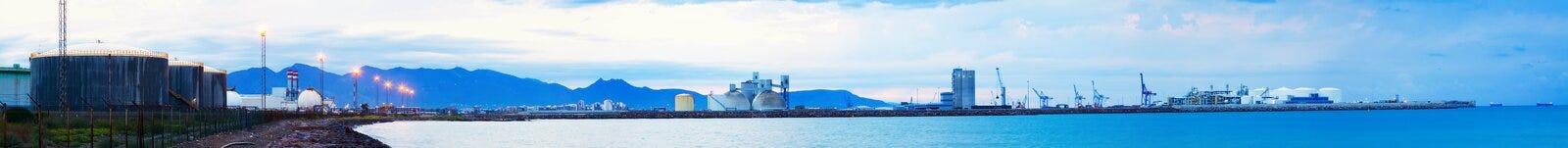 Industriell zon på den medelhavs- kusten Arkivbild