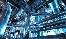 Industriell zon, stålrörledningar och kanaler Arkivfoton