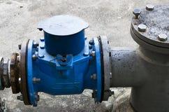 Industriell zon, stålrörledningar och ventiler Arkivfoton