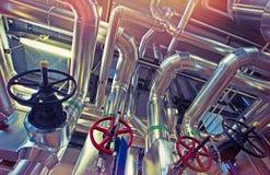 Industriell zon, stålrörledningar, ventiler och pumpar royaltyfri bild