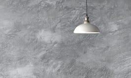Industriella hängelampor mot den grova väggen Arkivbild