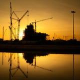 Industriella konstruktionskranar och byggnadskonturer Arkivbild
