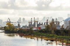 Industriella kranar med i stadens centrum Vancouver i bakgrunden Arkivfoto