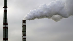 Industriella lampglas sänder ut giftliga föroreningar in i himlen som förorenar miljön Arkivbild