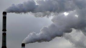 Industriella lampglas sänder ut giftliga föroreningar in i himlen som förorenar miljön Arkivbilder