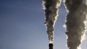 Industriella lampglas sänder ut giftliga föroreningar in i himlen som förorenar miljön Royaltyfria Bilder