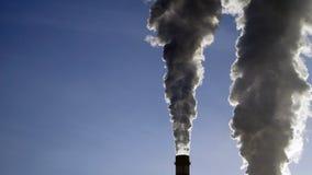 Industriella lampglas sänder ut giftliga föroreningar in i himlen som förorenar miljön Arkivfoto