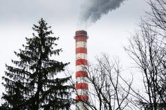 Industriella lampglas som blåser smutsig rök Arkivfoto